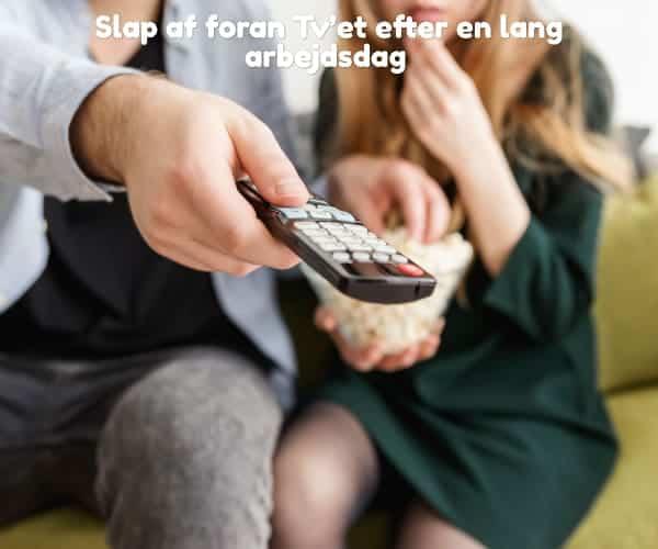 Slap af foran Tv'et efter en lang arbejdsdag